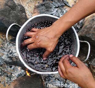 Artesana Amorúa preparando tintes naturales para la fibra de la palma de moriche.  ( Vichada - Colombia) Conoce más de nuestro trabajo en Mambe.org!