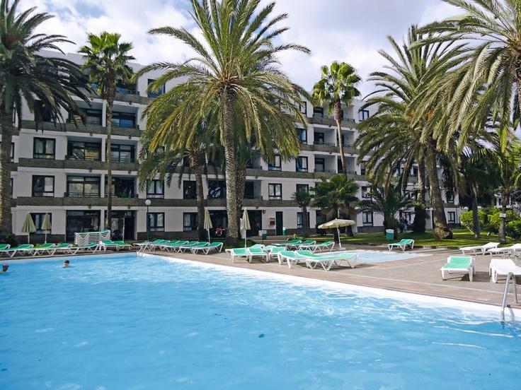 Appartementen Walhalla zijn 2.5-sterren appartementen op loopafstand van het levendige centrum van Playa del Inglés. De combinatie van deze perfecte locatie, het strand nabij en de verzorgde, moderne appartementen staat garant voor een leuke zonvakantie.    Het complex beschikt over een receptie. Buiten vindt u een zwembad omringd door een zonneterras met ligbedden en parasols. Actieve gasten kunnen zich vermaken met tennis en tegen betaling biljart. Officiële categorie **