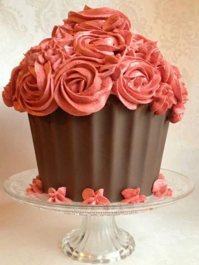 Giant cupcake cake, complete with textured edges and large rosettes