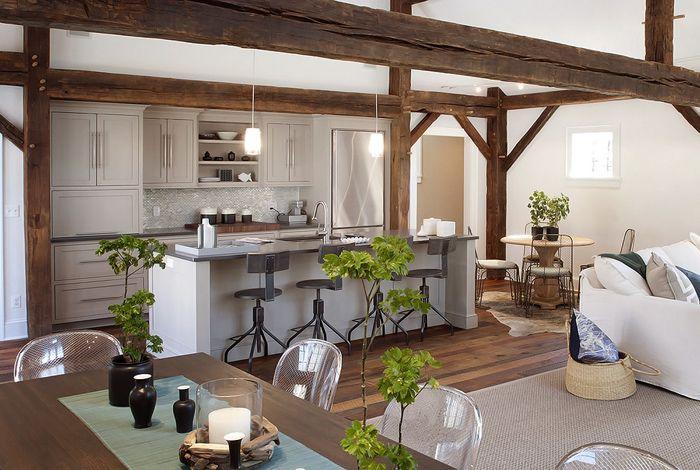 otwarta kuchnia na salon i jadalnię z dekoracyjnymi belkami z drewna - Lovingit.pl