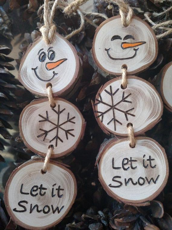 Holz Burned Schneemann Weihnachtsornamente – Schneemann-Ornamente/Geschenk-Tags auf Kiefer Holz Scheiben gestapelt