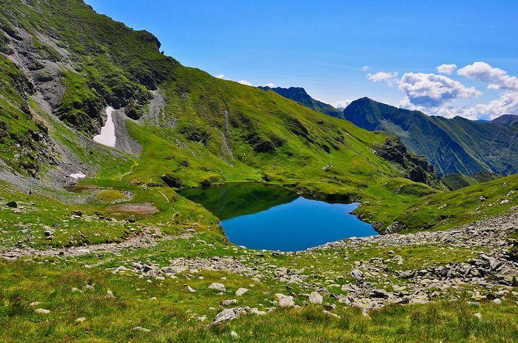 Lacul Capra  După un urcuș solicitant se ajunge în Șaua Caprei, o zonă excelentă de belvedere a Cabanei Bâlea și a Transfăgărășanului. Zona este frecventată de capre negre.  Acces: de la cabana Bâlea Marcaj: trunghi albastru Echipament: încălțăminte sportivă Durata: 45 min