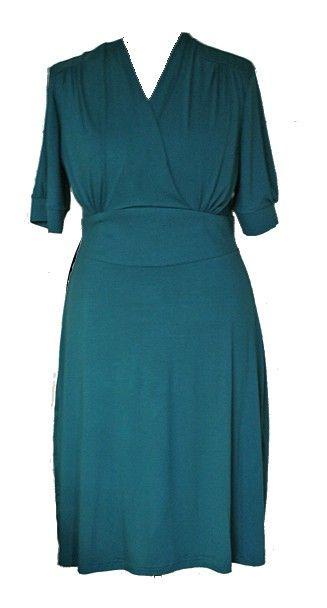 Jurk Juul - Swing Dress in de kleur petrol. De Swing Dress is een typisch jaren '50 jurk. De jurk is elegant, klassiek en chique. De aandacht van de jurk ligt op de taille waardoor deze jurk het mooist staat bij een vrouw met een mooie taille. De Swing Dress is geschikt voor alle maten. Bovenstuk is getailleerd met plooien vanuit schouderpas en taille. De jurk heeft een wijdere rok. Het laat je vormen beter uitkomen. Een jaren '50 jurk met de comfort van nu. De tailleband is extra verstevigd…