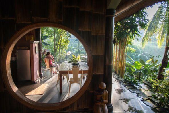Despertar y tomar el café en esta terraza no tiene precio. #ubud #bali Paul y Tamara te esperan para intercambiar su casa contigo