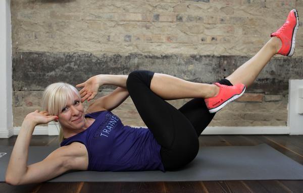 """5. Bugs – supereffektives Training für die Taille:  Der """"Käfer"""" oder auch """"Bicycle Crunch"""" ist und bleibt eine der effektivsten Übungen für Deine schräge Bauchmuskulatur.  So geht´s: Du liegst auf dem Rücken. Die Knie sind im 90°-Winkel angezogen. Abwechselnd führst Du jetzt die rechte Schulter und das linke Knie und dann die linke Schulter und das rechte Knie zusammen. Führe 3 Sätze mit mindestens 15 Wiederholungen aus."""