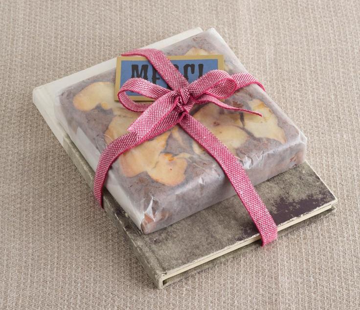 チーズケーキブラウニーとお気に入りの本を組み合わせてプレゼント☆/デコ・チョコ・スイーツ(「はんど&はあと」2013年2月号)