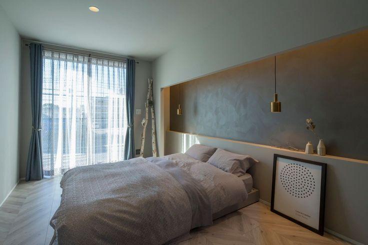 寝室はグレーを基調とした2種類の塗り壁を使用し、ヘリンボーン柄のフロアーに間接照明を取り入れ、やすらぎを感じる部屋になりました。愛知名古屋クラシスホーム