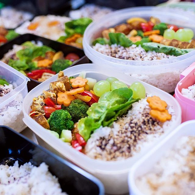 Und so sahen sie dann aus, eure #bentoboxen ! Man beachte besonders die Karottenblumen 🥕🍙🥕  -----  Some serious #lunchbox inspo! Those are the beautiful results of our #bentobox class with @kaoru.iriyama - now you guys should be ready to make the whole office happy on Monday!   #japanbreakfastmarket #markthslleneun #kochschuleneun #bento #japan