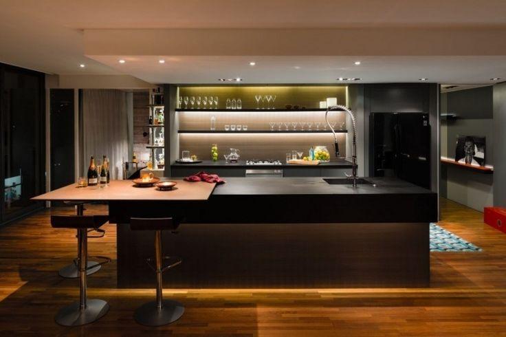 cuisine de design élégant - îlot noir avec bar petit déjeuner, étagères lumineuses et spots led