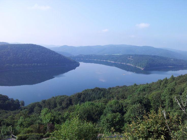 Der 27 km lange Edersee liegt in Nordhessen und ist einer der größten Stauseen in Europa. Unberührte Natur entdeckt ihr zum Beispiel bei einer Wanderung auf dem Urwaldsteig im Nationalpark Kellerwald-Edersee.