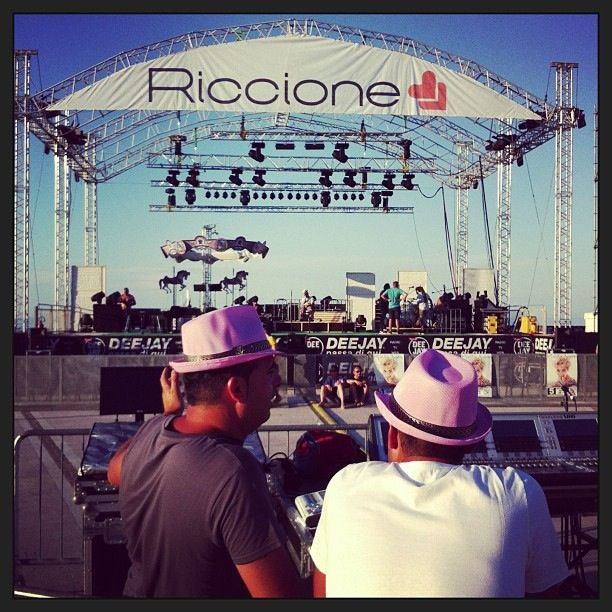 @igersemiliaromagna Fonici in rosa sotto al palco di piazzale Roma!