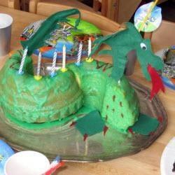 Für kleine Ritter - #Geburtstagskuchen als #Drachen.  Einfacher Drachenkuchen, drache, Junge Kindergeburtstag, Ritter Kindergeburtstag, #Kindergeburtstag, Kuchen