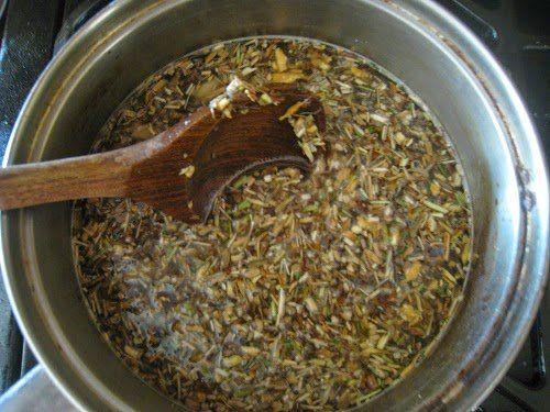 Jarabe Artesanal a base de plantas para la tos y resfríado Combina aproximadamente 2 onzas de hierbas y un cuarto de galón de agua. Cocer a fuego lento la mezcla y reducir el líquido hasta 1 litro.Cuela el líquido de hierbas a través de un filtro de una fina malla, estopilla o de café. Vierte …