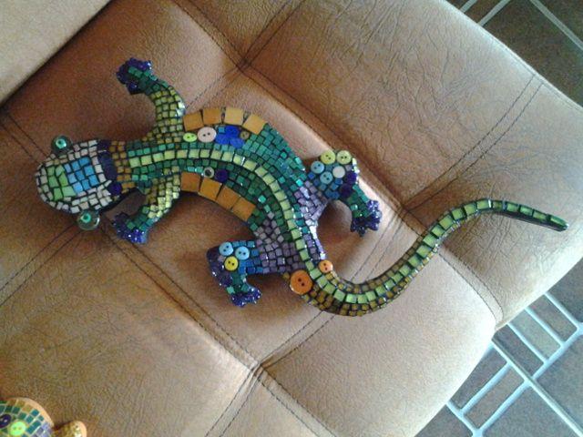 Lagartija multicolor en mosaico acrilico y botones. Con volumen
