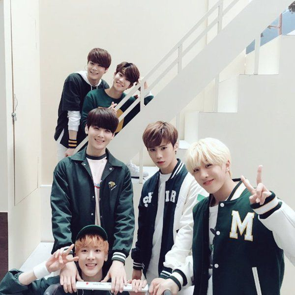 Moonbin and MJ in the back :3