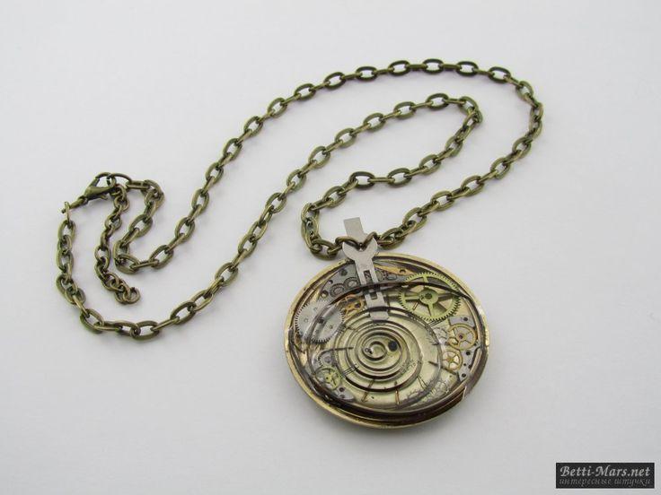 Оригинальный кулон в стиле Стимпанк на крупной подложке с орнаментом и запчастями от часов в эпоксидной смоле