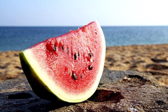 En casa, a pie de playa o en una terraza… ¿qué beber y comer para no coger kilos en verano?