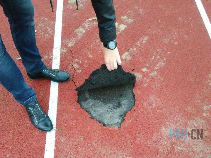 Легкоатлетичні доріжки на чернігівському стадіоні зіпсувалися після концерту «Океану Ельзи» 28 вересня на стадіоні ім. Ю. Гагаріна виступала популярна музична група «Океан Ельзи».  {{AutoHashTags}} http://pro.cn.ua/ua/news/22672