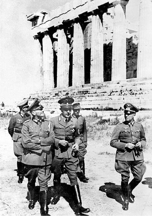 27 avril 1941 : La Wehrmacht pénètre dans la capitale grecque, signalant la fin de la résistance grecque. Toute la Grèce continentale et toutes les îles grecques Aegean sauf Crète sont sous occupation allemande, le 11 mai. À repousser les envahisseurs de l'axe, les Grecs souffrent de la perte de 15 700 hommes. Grèce ne sera pas être libérée jusqu'en 1944, par les troupes britanniques du théâtre méditerranéen