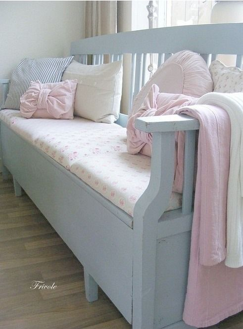 Inspiratie beeld Ariadne at Home. Bankje met mooie pastel tinten. #pastel sofa
