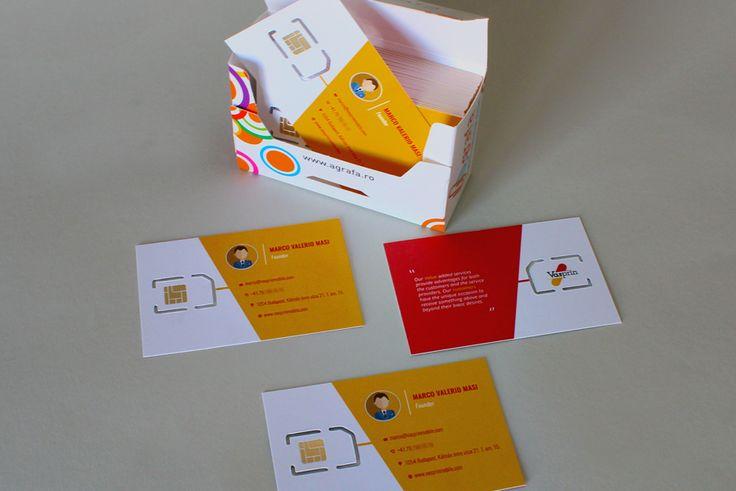"""Cărțile de vizită au formatul standard de 90 x 50 mm și sunt imprimate digital, policromie față-verso. Pentru finisări au """"suferit"""" procedeul decupării digitale cutter plan și aplicare folio auriu metalizat pentru simularea cardului SIM."""