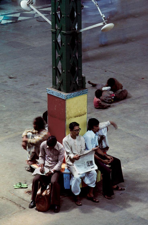 Calcutta, India. Reading   Steve McCurry