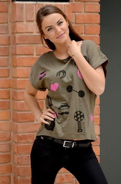 Bluzka z jednokolorowego materiału z rozcięciem na plecach, posiada z przodu nadruk. Modny design i niepowtarzalny wygląd, doskonała do uzupełniania wielu codziennych stylizacji.