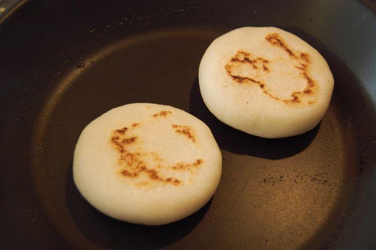 Arepas cotte prima in padella per fare la crosticina e, poi, in forno a cuocere internamente