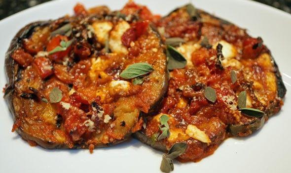 Οι μελιτζάνες στο φούρνο με τυρί φέτα έιναι ένα άκρως καλοκαιρινό και παραδοσιακό γεύμα! Για τους μερακλήδες και τους καλοφαγάδες της παρέας μας.  Εκτέλεση Πλένετε τις μελιτζάνες, τις κόβετε σε ροδέλες, τις αλατίζετε και τις αφήνετε στο σουρωτήρι για 20 λεπτά να ιδρώσουν και να ξεπικρίσουν. Μετά τις πλένετε καλά, τις στύβετε απαλά με …