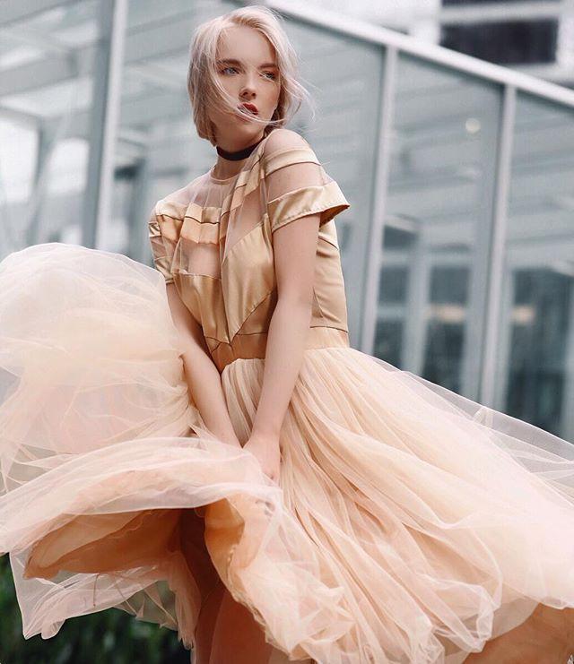 Развивающиеся платья на ветру