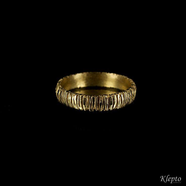 Fede in oro giallo 18kt modello 1000 righe, realizzata a mano nel laboratorio Klepto.