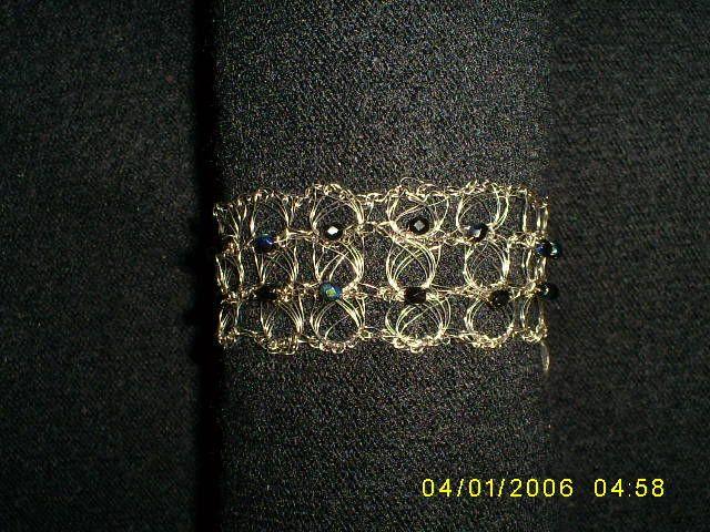 Brazalete tejido a crochet con punto peruano