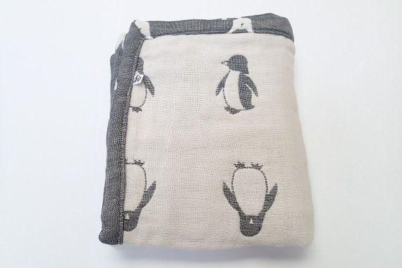 Couverture de pingouin couverture de mousseline par MIKIbabyblanket