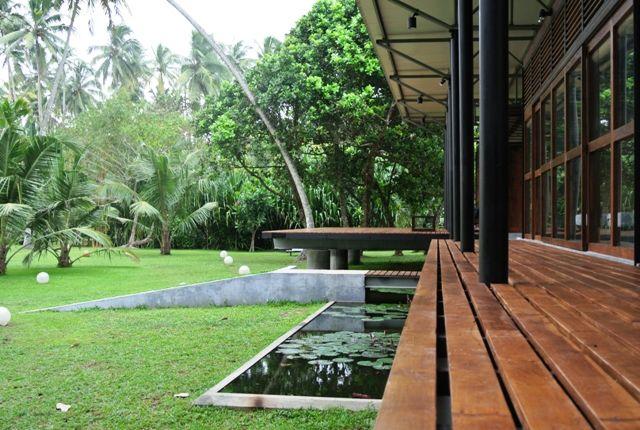 La Guesthouse fait partie de la One World Foundation Sri Lanka. Les revenus issus de l'hébergement à l'Ayurveda Guesthouse servent à financer une école de plus de 1000 élèves, enfants comme adultes.