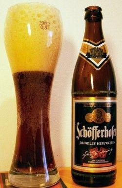 Cerveja Schöfferhofer Dunkles Hefeweizen, estilo German Dunkelweizen, produzida por Binding-Brauerei, Alemanha. 5% ABV de álcool.