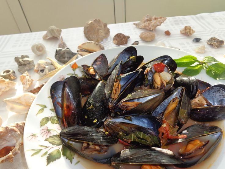 Reteta culinara Scoici la tigaie cu usturoi si vin din categoria Fructe de mare. Cum sa faci Scoici la tigaie cu usturoi si vin
