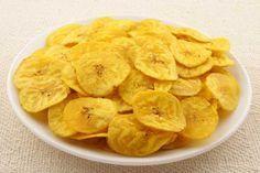 Ξέχνα τα ποπ κορν και δοκίμασε τα μπανάνα τσιπς Υλικά: 4 μπανάνες 3 κ.σ. χυμό πορτοκαλιού 3 κγ κανέλα Εκτέλεση: Προθερμαίνουμε τον φούρνο στους 150 βαθμούς Κελσίου. Βάζουμε στο ταψί μια λαδόκολλα. Ξεφλουδίζουμε τις μπανάνες και τις κόβουμε σε πολύ λεπτές φέτες. Βουτάμε κάθε