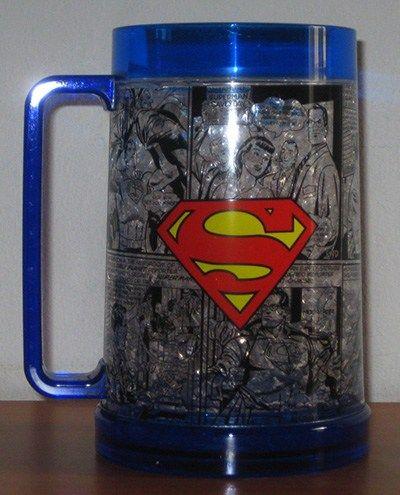 Vaso cerveza de Superman, tipo cervecero. Mide 15 cms de alto; 480 cc. Es plástico y relleno con un gel que mantiene el líquido helado. Libre de BPA.