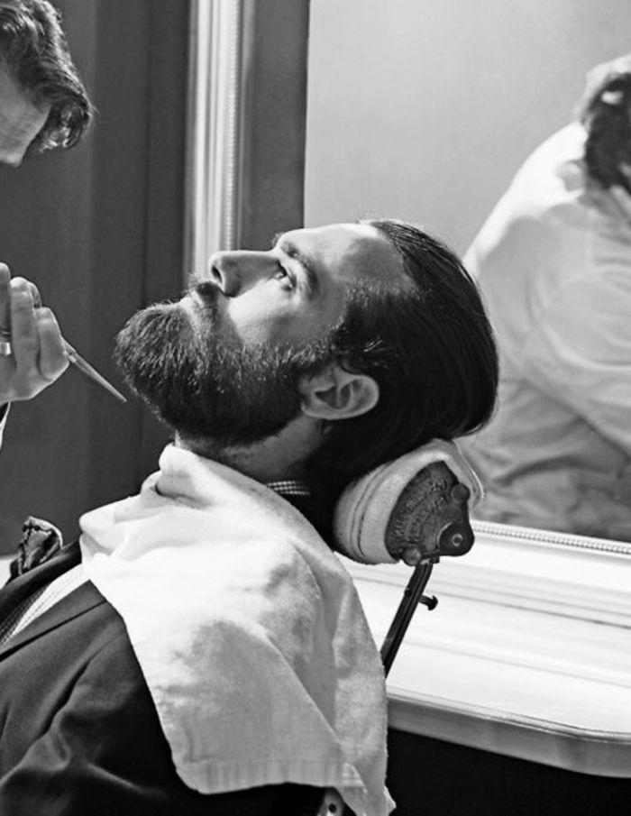 tipos-de-barba-larga-foto-blanco-y-negro-hombre-con-traje-pelo-a-la-moda