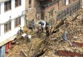 28-Apr-2015 9:25 - 'MOGELIJK 10.000 DODEN IN NEPAL'. Het dodental na de aardbeving in Nepal kan oplopen tot 10.000. Dat zegt de Nepalese premier Koirala in een interview met het Britse persbureau Reuters. Er zijn tot nu toe 4349 lichamen geborgen. Ruim 8500 mensen raakten gewond bij de verwoestende aardbeving. Premier Koirala heeft het buitenland opnieuw om hulp gevraagd. Hij wil met name meer tenten en medicijnen. Correspondent Joeri Boom in de Nepalese hoofdstad Kathmandu merkt dat de...