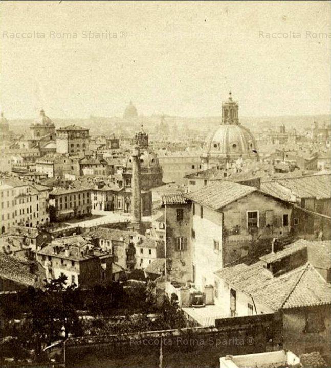 Roma Sparita - Foro di Traiano, vista verso la Colonna Traiana dalla Suburra. Foto di Giuliano Ansiglioni 1857 circa
