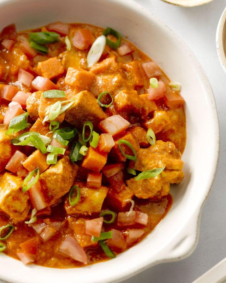 Deze stoofschotel met kip is op zijn minst origineel te noemen. Denk aan malse kruidige kip, zachte zoete aardappel en een smaakvolle saus.