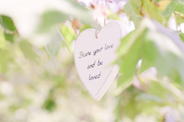 Hang het in de bomen! #bruiloft #trouwen #huwelijk #trouwdag #lente #quotes #bord #inspiratie Quotes verwerken in je bruiloft | ThePerfectWedding.nl | Fotografie: Guy de Nooij