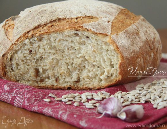 Домашний хлеб с чесноком, семечками и травами - ароматный, мягкий, с хрустящей корочкой, очень рекомендую! Рецепт из книги с некоторыми моими изменениями.