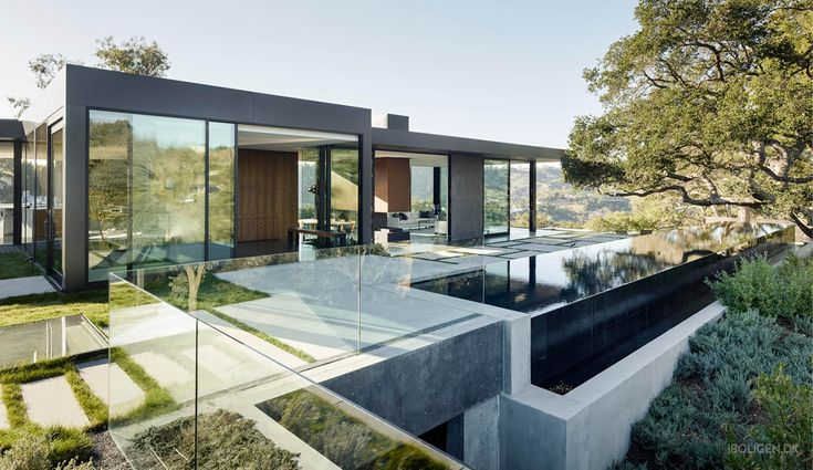 Valnøddetræ, kalksten og marmor. Alle de lækreste og mest moderne materialer er anvendt i denne drømmevilla i Beverly Hills' bakker.