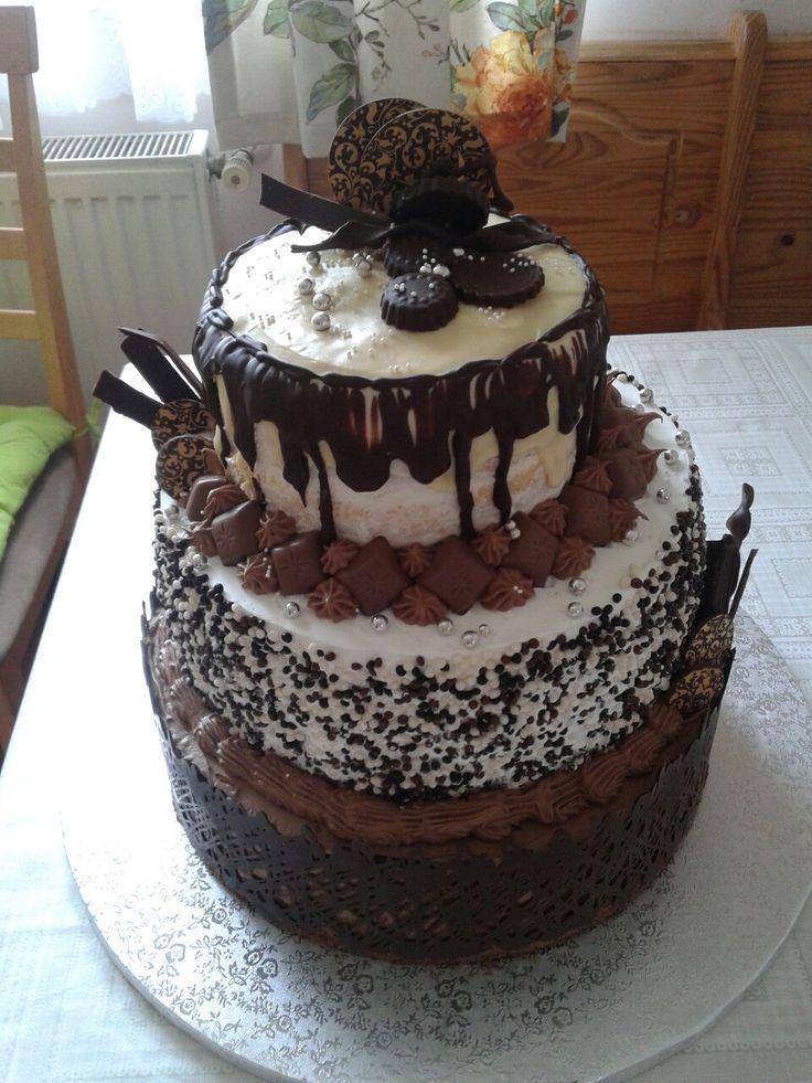 60 szeletes szülinapi torta. Alsó szint: csokoládė; Közėpső szint: Málnás pannacotta; Felső szint: Kókuszkrėm ananásszal