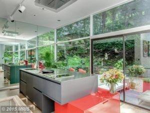 Einzigartig wegen seiner Position, kann dieser Küchenschrank als eine Landung Raum sowie Lagerung verwendet werden.