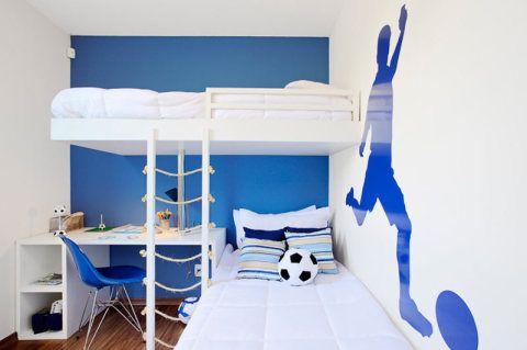 Com um investimento mínimo, os arquitetos Marcelo Sesso e Débora Dalanezi personalizaram este quarto com dois detalhes: pintaram a parede ao fundo de azul e usaram um PVC brilhante em formato de jogador de futebol na lateral. O tom de azul foi repetido na cadeira e no enxoval.