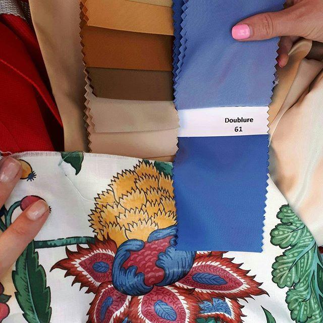 Коротко о том, как мы подбирали идеальный кант к ткани заказчицы на римскую штору в проект #burddesign_zeleznodorozhny. В зависимости от оттенка, штора воспринимается по-разному и общая цветовая гамма интерьера начинает меняться. • • • #burddesign_project #burddesign #ткань #красиваяткань #шторы #спальня #дизайнпроектмосква #дизайнермосква #проектквартиры #masterbedroom #декорокна #декор #красивыешторы #дизайнспальни #декорспальни #интерьер #дизайнквартиры #обои #красивыеобои #обоивспальню…