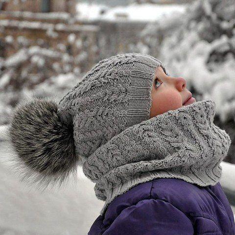 Предлагаем Вам новый и интересный узор для вязаного комплекта спицами — шапки и снуда. Узор не сложный, вяжется спицами легко и быстро. Украшает шапочку пушистый помпон из меха. Этот комплект…